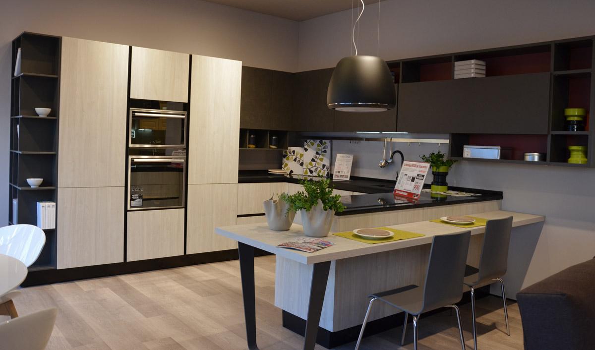 stato inaugurato gioved 5 novembre un nuovo centro cucine lube e creo kitchens a varese in collaborazione con cucinarredi levento stato accolto