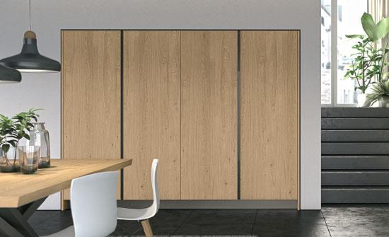 Ambiente open space minimal con le colonne con ante a ...