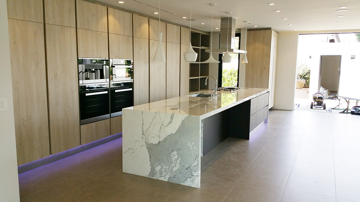 Cucine Lube comes in a dream house in Beverly Hills (video ...