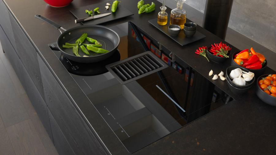 Induction hob and 2-in-1 hood with Franke's Mythos 2gether